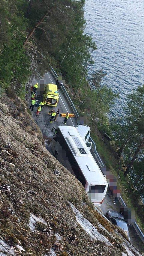 KRASJ: 15 personar er lettare skadde og tre kritisk etter trafikkulykke på fv. 60.
