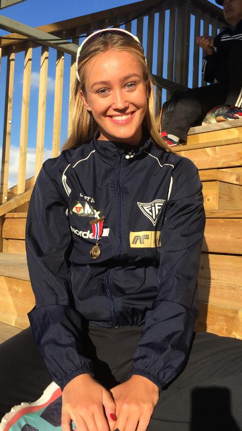 STRÅLTE: Nora Wold var fornøyd etter at hun hadde sikret seg gullet under 400 meter hekk i junior-NM i Harstad. Foto: Privat