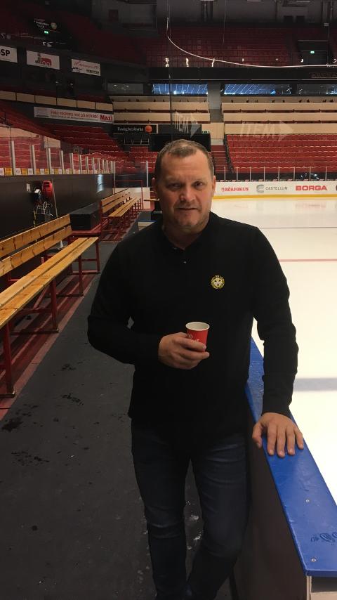 Klar: Magnus Sundquist ledet fredag morgen en kort økt for spillerne før kveldens oppgjør mot Djurgården.