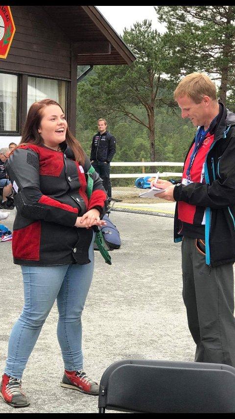 Viktoria Instanes Markussen fra Ramsund skyter i olabukse under LS. Det ble hun intervjuet for av kjent  skytterjournalist. Foto: Privat