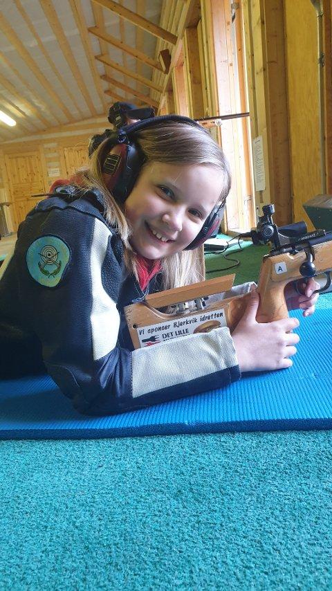 NYBEGYNNER: Marie Nyborg holder ut, med tøffe koronarestriskjoner på skytterbanen.
