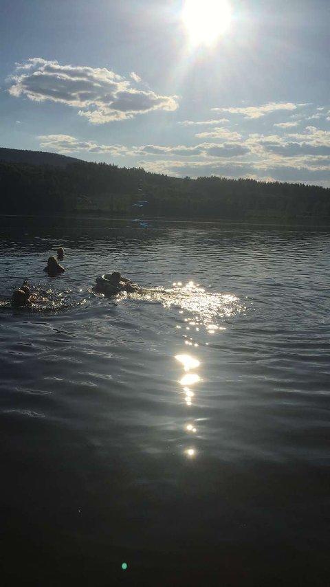 BADELIV: Det er uvanlig at det er slikt badeliv i mai. Temperaturene i våre vann er langt over 20 grader.