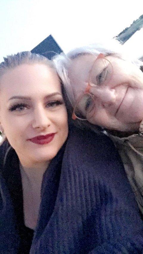 Emelinn Ostun hadde et nært forholdt til mormor Anne-Mari Hansen. Selv om hun er glad for at hun fikk se begravelsen til mormoren på mobiltelefonen sin, skulle hun gjerne vært til stede fysisk. Foto: Privat