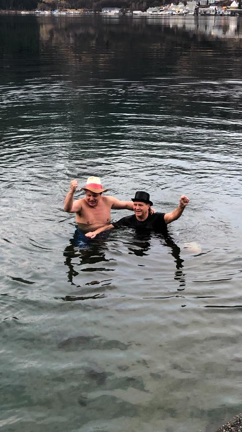Sørfjorden: To spreke herrer fra Oddaprodukt startet juleaften med et bad på Byrkjenes. Foto: Privat