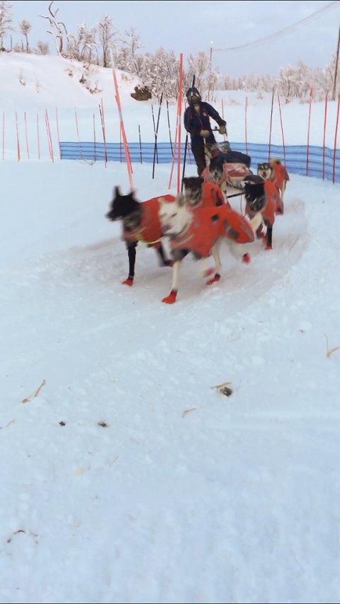 BERGEBYLØPET: Her kommer Nikolai Olsen i mål etter å ha gjennomført Bergebyløpet. Foto: Privat