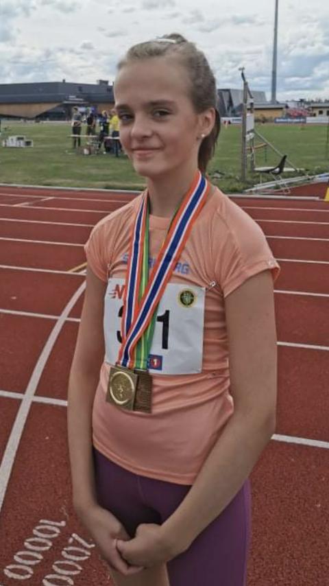 STOLT: Det var en stolt vinner, som mottok gullmedaljen etter å ha satt personlig rekord med fire sekunder på 600 meter. Ida Othelie Berger løp inn på tiden 1,47,72.