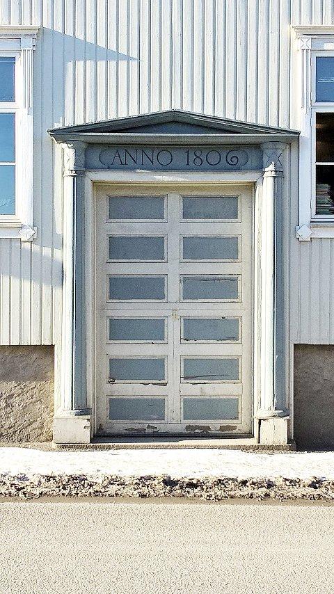 Et staselig inngangsparti: Inskripsjonen over døra viser at dette er en av de historiske bygningene i byen.