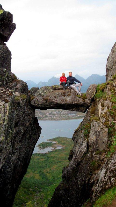 Djevelporten ligger som en fotografisk utfordring bak i Fløyfjellet.