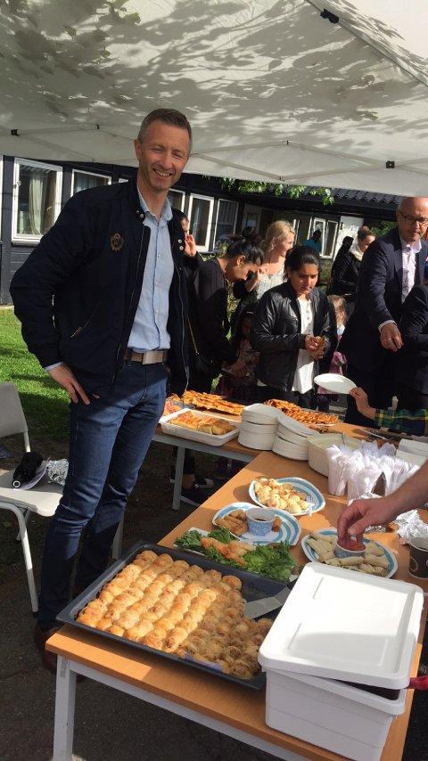SERVERING: I tillegg til underholdning var det muligheter for mat og drikke på jubileumsfesten. Foto: Inge Pedersen
