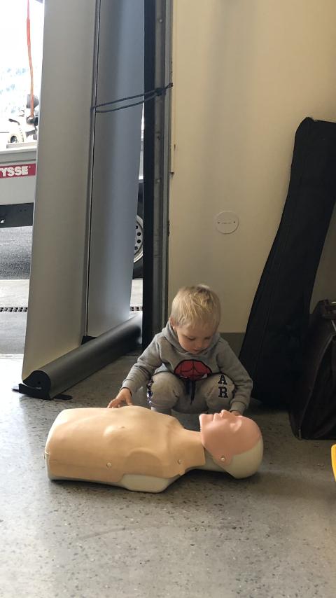 Liam Nielsen lærer førstehjelp.