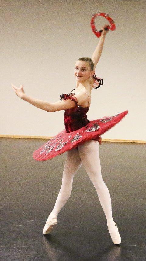 LITT AV HVERT: Anette Solvang og de andre tredjeklassingene på danselinja er i rute før forestillingen.