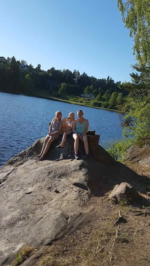 VIPPS I VEI: Linn Marthinsen er ofte på Tusse med døtrene Andrea og Thea. Nå har hun startet vipps-aksjon for å gjenreise stupebrettet på Langhussiden.