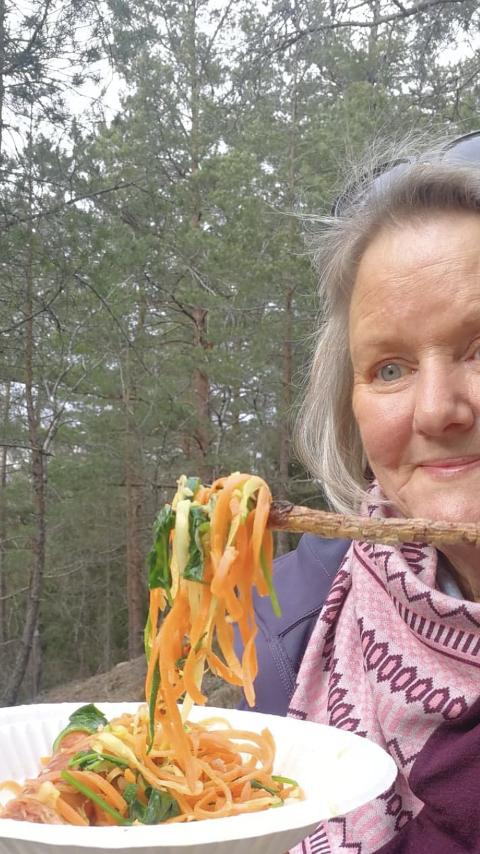 LETTVINT: Har du primus, så er det smart å ha med grønnsaker strimlet til spagetti. Da er det gjort på et øyeblikk å varme opp i primuspannen, påpeker Toril Gulbrandsen.