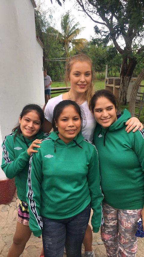 Karoline Sætre Aas, lederen av Perukomiteen ved THVGS, sammen med tre av skolejentene i Peru i april 2017.