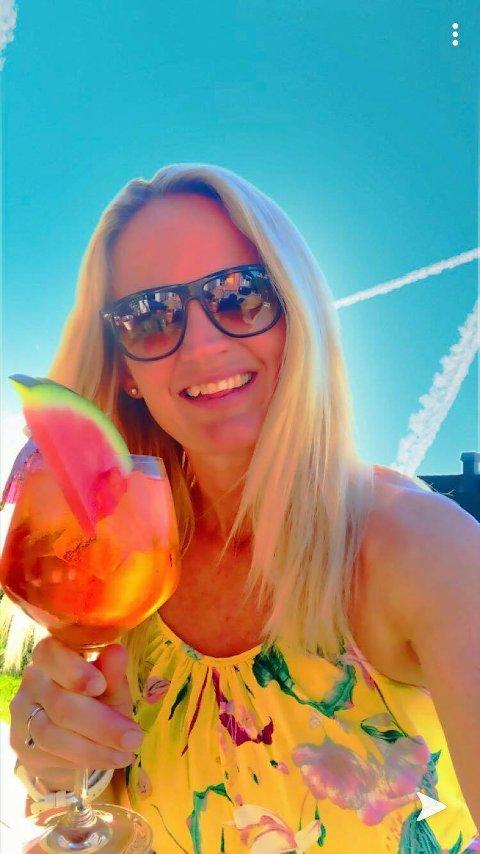 KALDT DRIKKE: Kristin Bekkevold Sørum elsker å drikke hvitvin om sommeren. Her er hun avbildet med en sommerlig drink. - Kaldt drikke er veldig godt, sier hun.