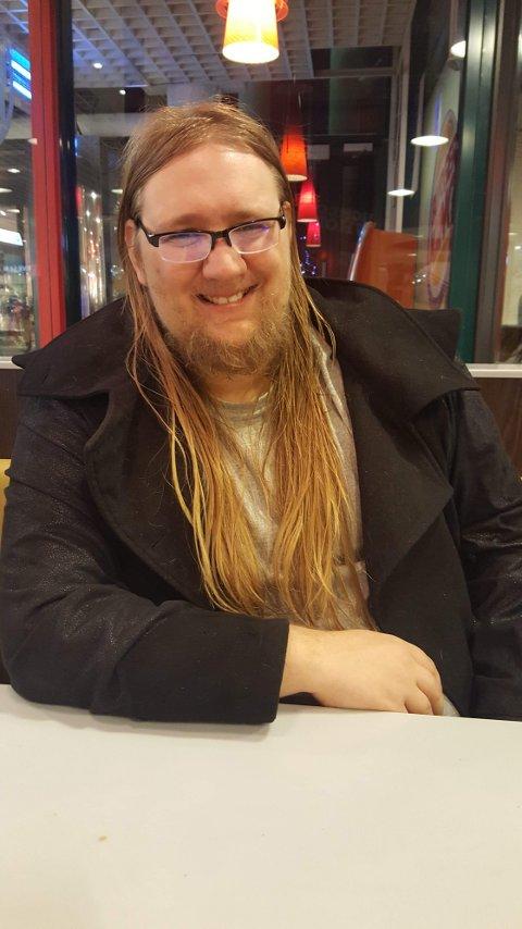 TØFF OPPVEKST: Thomas Enge Yoshi Lund (26) fra Sandefjordhar ADHD og hadde en problematisk oppvekst. I dag jobber han som støttekontakt i Gjøvik for ungdom.