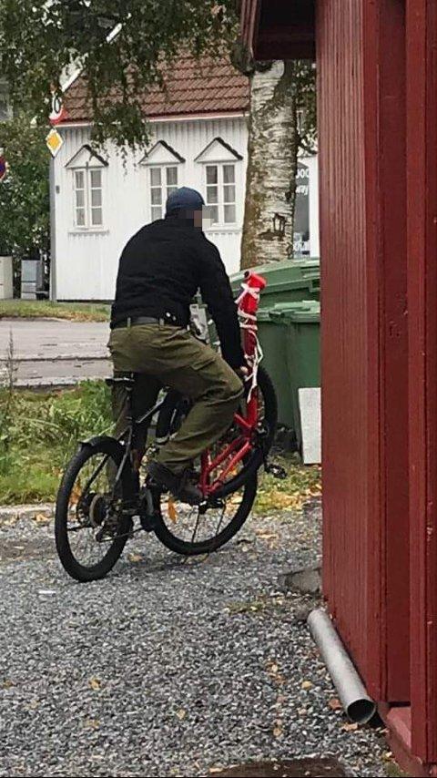 DEMONTERT: Julius fikk dette bildet, det skal være hans sykkel som er demontert og teipet sammen på styret.