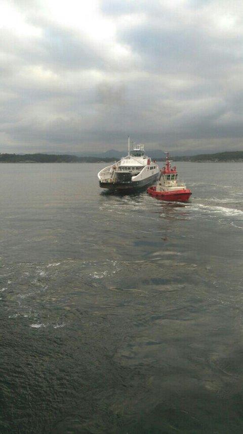Ferja måtte ha hjelp av taubåt. (Foto: Kjersti Skrudland)