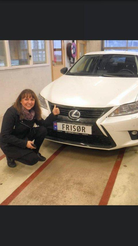 eneste i norge: Heidi Sagmo fra Steinkjer har et personlig bilskilt det står «Frisør» på.