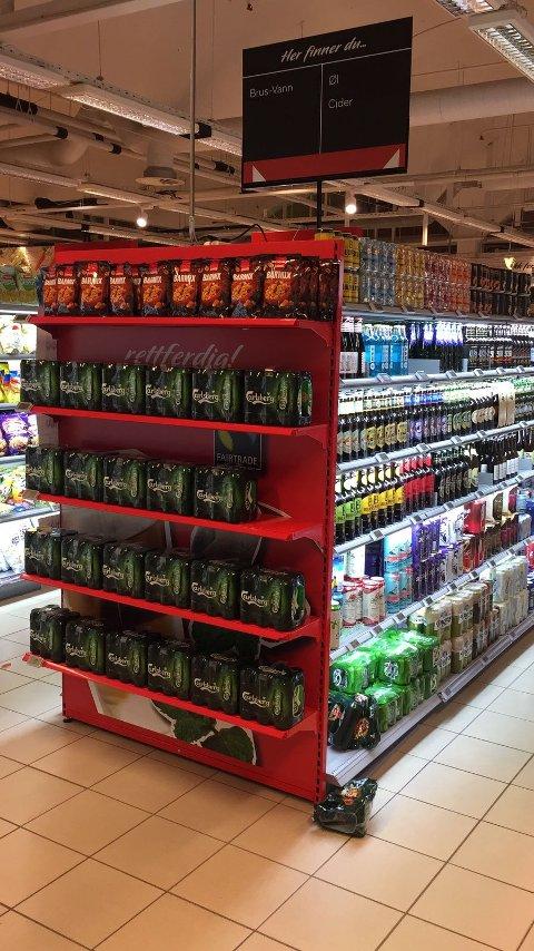 EGEN HYLLE: Øl av typen Carlsberg ble plassert på en endehylle ved Spar PP-senteret. - Alkoholreklame, mener kommunen.