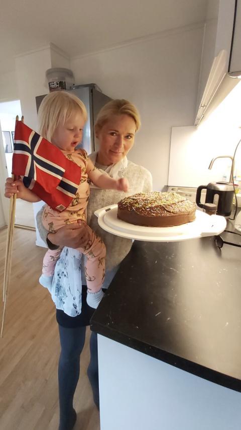 VELFORTJENT KOS: Siw B. Nicolaisen kunne unne seg alt det gode, som sjokoladekake, etter å ha løpt hele 73,3 kilometer og 185,5 runder på sju timer og 27 minutter grytidlig 17. mai. Foto: Privat