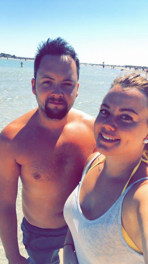 Christina og kjæresten Preben kom seg til Kreta som planlagt. Men hvordan og når de kommer seg tilbake til Norge igjen er de ikke helt sikre på.