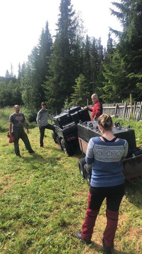 Utfordrende: Lydutstyr lessa på en ATV for å klargjøre før Frikar-forestilling i Åbjørajuvet.
