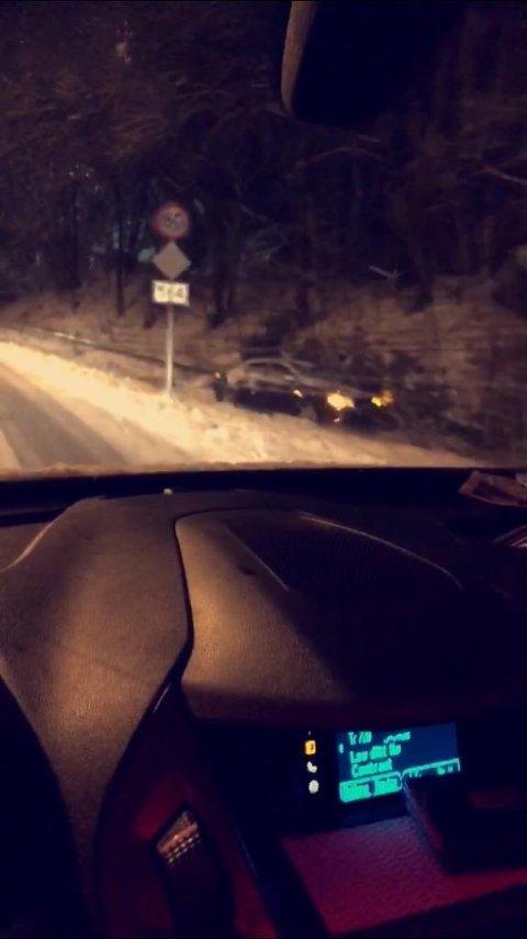 På Rosslandsvegen ved krysset til Dalemarka køyrde ein bil av vegen og inn i ein stolpe.