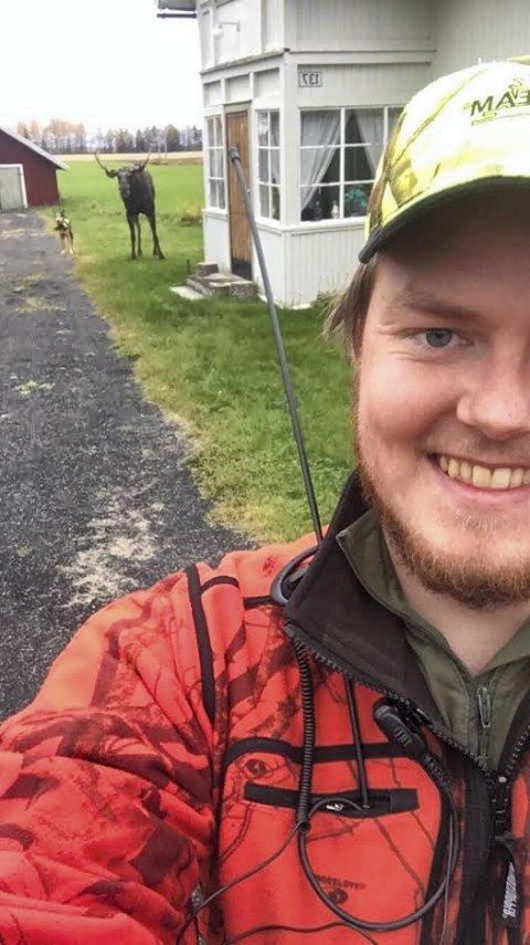 ÅRETS BILDE: Jan-Tore Myrvang Kjos fikk årets bilde under elgjakta. Elgen og jaktbikkja stilte seg opp og lot Kjos ta en selfie.