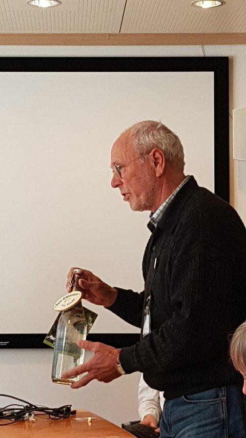 Fikk 20 minutter: Fred Kuyper i Naturvernforbundet i Valdres (t.h.) overleverte ei flaske Vinda-vatn til olje- og energiminister Kjell- Børge Freiberg (t.v.) som lytter engasjert.