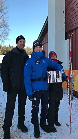 MED FAMILIEN: Skiløpar Jon Rolf Skamo Hope med far Terje Skamo og mor Oda Karin Hope.
