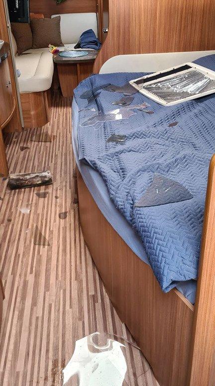 KNUST: Vedkubben på golvet er en av tingene som er brukt for å knuse taklukene.
