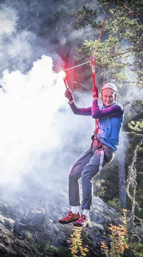 ÅPNET: Generalsekretær Nils Øveraas i Den Norske Turistforening åpnet klatreparken på denne måten.