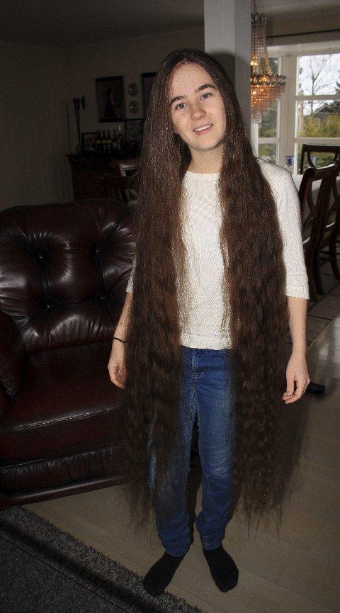 Gir til en god sak: Håret til 22-åringen vil i løpet av året omgjøres til parykk som skal komme kreftrammede til gode.