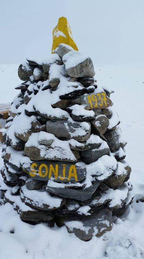 Noen som vet mer om historien bak Sonja-varden som fortsatt lyser opp? Foto:John Smits