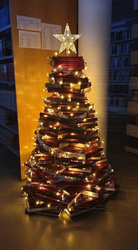 Lyser opp i mørket: Det spesielle boktreet lyser opp som et hvilket som helst annet juletre i mørket.