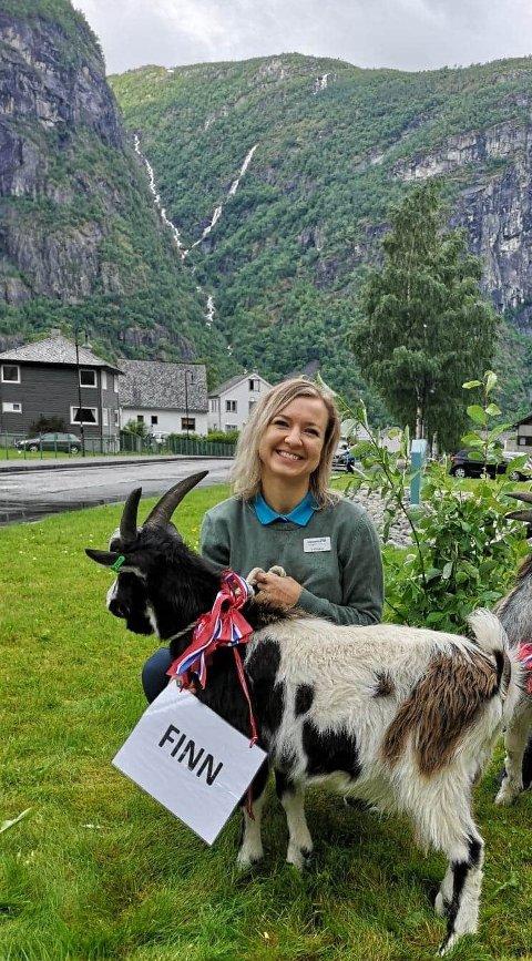 Victoria Czajor vaks opp i storbyen Berlin. No bur ho i Eidfjord og er fast tilsett ved Norsk Natursenter. I sommar fekk dei besøk av sommarbilen til NRK og gav då geitene namn etter programleiarane i bilen.