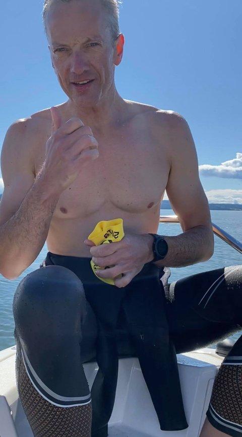 KRYSSET MJØSA: Hans Aaseth svømte over Mjøsa i stedet for å oppsøke en av svømmehallene i distriktet. Fra Skibladner-brygga i Moelv til ei privat brygge på Biri-sida brukte han 25 minutter.