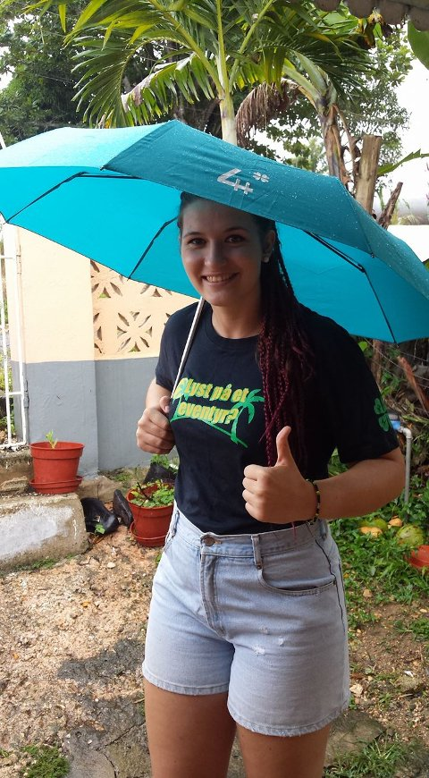 VIND OG REGN: Selv om de sterkeste orkankastene ser ut til å utebli, forteller Monika Swigon (23) fra Gran om tidvis sterk vind og regn.