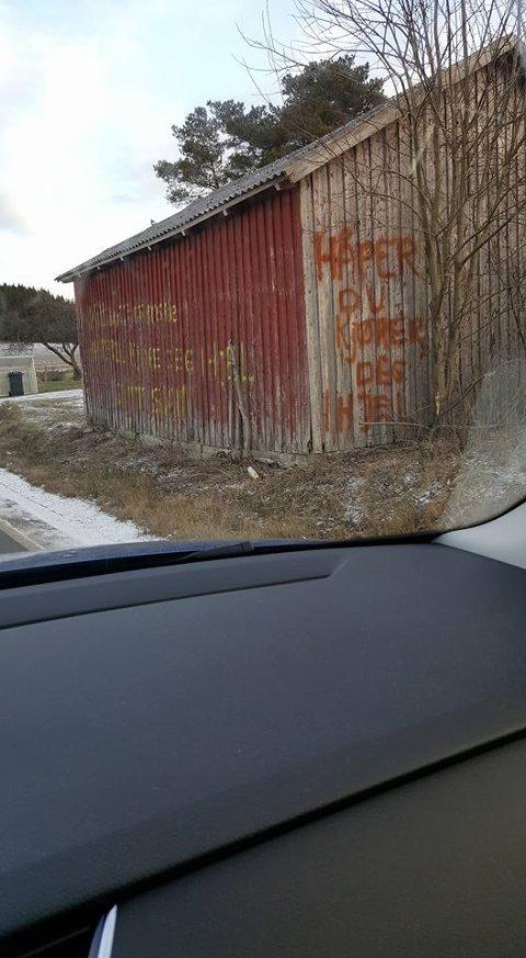 TRAFIKKFARLIG: Bilister som kjører på Seppoveien får denne beskjeden fra en beboer i området. Lite hyggelig, mener flere.