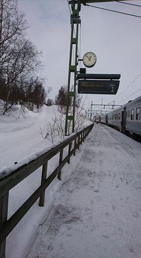 FAST: Her står toget fast på Björkliden. Passasjerene får busstransport videre.