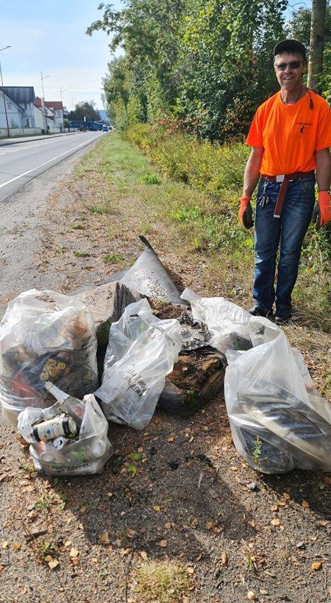 SØPLETE SKRÅNING: Kåre Emil Kordal med flere søppelsekker etter en liten plukkedugnad sør for Kirkenær sentrum.