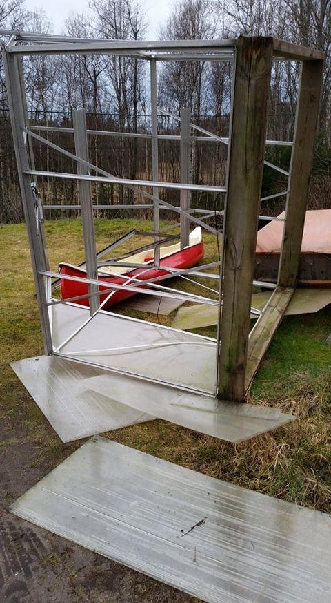 SKADER:: Drivhuset blåste over ende og dro med seg kanoen til familien Johannessen.