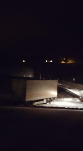 SPERRER VEIEN: Lastebilhengeren sperrer Klapputveien. FOTO: METTE HAUGEN