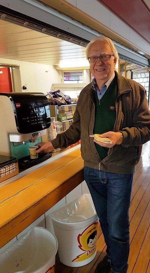 Styreleiar i Dill AS, Gerhard Eide, gler seg over at Dill-kafeen på ferja «Hardingen» endeleg er i sving. (Foto: Dill).
