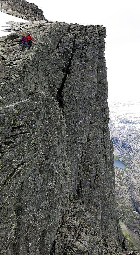Svært luftig: Turen til Gjegnen er ein styrkeprøve med klatreetappar over hyller, stup og renner med 1000 meter fritt fall ned. Her handlar det om å vere 100 prosent skjerpa, gjere dei rette vala, ta dei rette taka og løfte seg sakte, men sikkert mot nye høgder.
