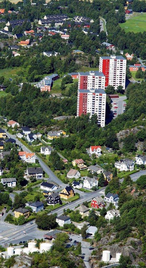 To nye blokker: Bystyret vil etter alt å dømme gå inn for to nye blokker på Sjøstrand i neste møte. Blokkene vil gi mer trafikk inn og ut av Hystadveien. Men noen plan for hva man gjør for å bedre flyten på denne gjennomfartsåren foreligger ikke. Arkivfoto: Olaf Akselsen