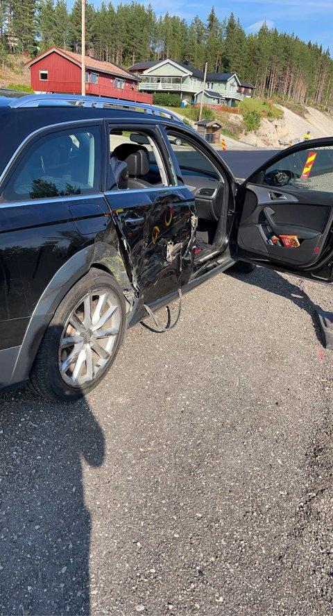 KUN MATERIELLE SKADER: Sjåføren og to av passasjerene i denne bilen kom uskadd fra sammenstøtet med en traktor på riksveg 3 i Alvdal.