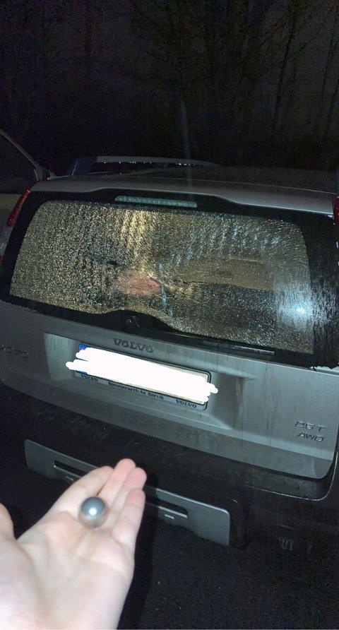 KULE: En rimelig tung metallkule ble funnet like ved bilen utenfor tennishallen der bilen til Benjamin Lischner sto parkert.
