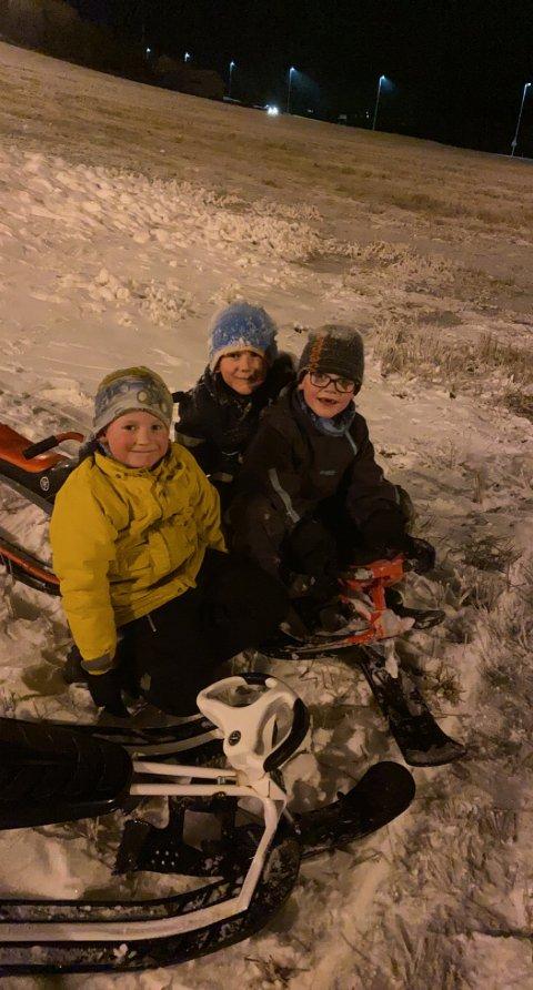 FORNØYDE: Tre fornøyde gutter smiler bredt etter at de endelig kunne kjøre ned Prestlia på hver sin rattkjelke. Fra v. Lorns Volan, Per Kristensen og Oliver Heistad Fossum.
